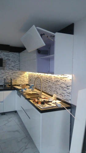 Монтаж осветление под шкафовете на кухнята